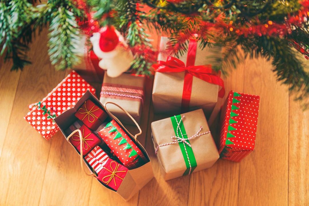 christmas-presents-under-christmas-tree-895640924-1410380df11946de8f55d11c217d7fb3