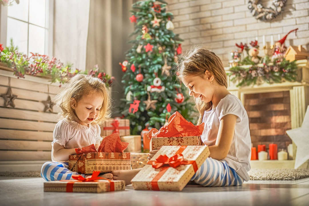 kids-unwraping-presents